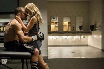 Southpaw - L'ultima sfida: Jake Gyllenhaal e Rachel McAdams si abbracciano