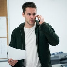 True Detective: Taylor Kitsch parla al telefono in una scena dell'episodio Black Maps and Motel Rooms