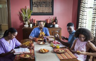 The Leftovers: Regina King, Kevin Carroll, Jovan Adepo in un episodio della seconda stagione