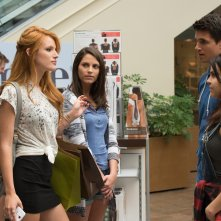 L' A.S.S.O. nella manica: Bella Thorne, Mae Whitman e Robbie Amell in una scena del film