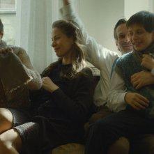 Il grande quaderno: Ulrich Matthes, Gyöngyvér Bognár, László Gyémánt e András Gyémánt in una scena del film