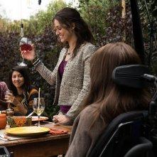 Qualcosa di buono: Hilary Swank (di spalle), Emmy Rossum e Stephanie Beatriz in un'immagine del film