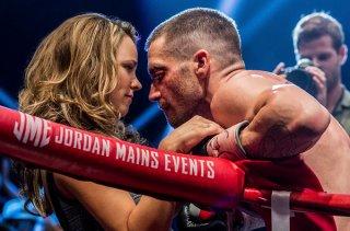 Southpaw - L'ultima sfida: Jake Gyllenhaal col volto tumefatto abbraccia sul ring Rachel McAdams