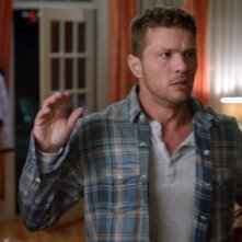 Secrets and Lies: Natalie Martinez e Ryan Phillippe in un momento drammatico della serie