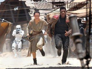 Star Wars: Episodio VII - Il Risveglio della Forza: Rey e Finn (Daisy Ridley e John Boyega) fuggono dal First Order