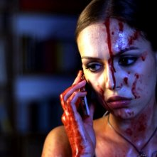 Stalking Eva: Ksenia Kapinos al telefono in un'immagine del film