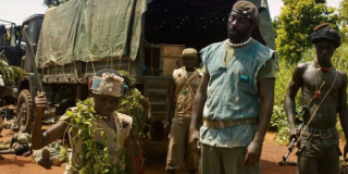 Beasts of No Nation: Idris Elba in una scena del film