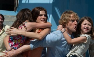 No Escape - Colpo di stato: Owen Wilson e Lake Bell in un concitato momento del film