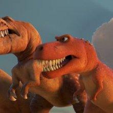 Il viaggio di Arlo: Arlo e Spot con la famiglia di T-Rex