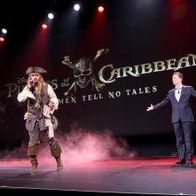 Johnny Depp con Sean Bailey sul palco del D23 nel 2015