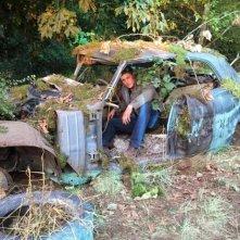 Supernatural: Jensen Ackles posa tra i resti dell'auto dei fratelli Winchester