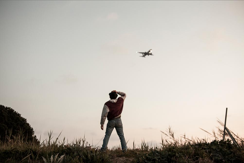 Non essere cattivo: Luca Marinelli (di spalle) osserva un aereo in decollo