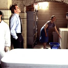 Six Feet Under: Freddy Rodriguez, Michael C. Hall e Rachel Griffiths in una scena di Funerale a luci rosse