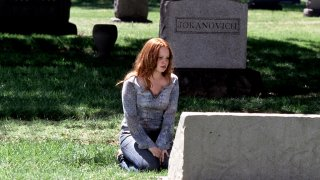 Six Feet Under: Lauren Ambrose in una foto tratta dall'episodio Una fine, un inizio
