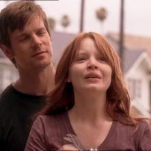 Six Feet Under: Peter Krause e Lauren Ambrose in una scena di Fino all'ultimo respiro