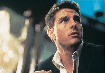 Tom Cruise in una scena di Mission: Impossible diretto da Brian De Palma
