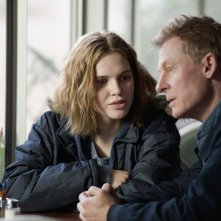 Looking for Grace: Odessa Young e Richard Roxburgh in una scena del film