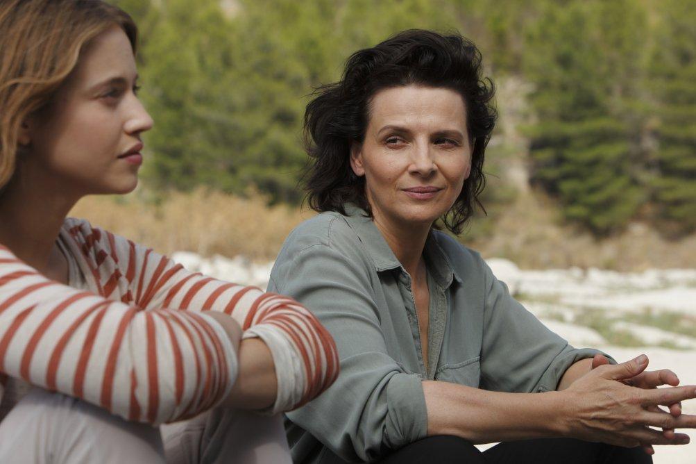 L'attesa: Juliette Binoche e Lou De Laâge in un'immagine del film