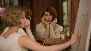 The Danish Girl: un'immagine del film di Tom Hooper con Eddie Redmayne che si guarda allo specchio