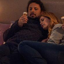 Tutte lo vogliono: Enrico Brignano e Vanessa Incontrada sdraiati sul letto in una scena del film