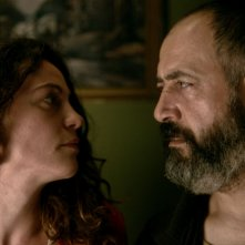 Frenzy: Mehmet Özgür e Tülin Özen si guardano intensamente in un momento del film