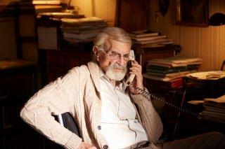 Remember: Martin Landau al telefono in un momento del film