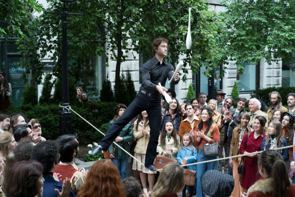 The Walk: Joseph Gordon-Levitt si esibisce per strada in una scena del film