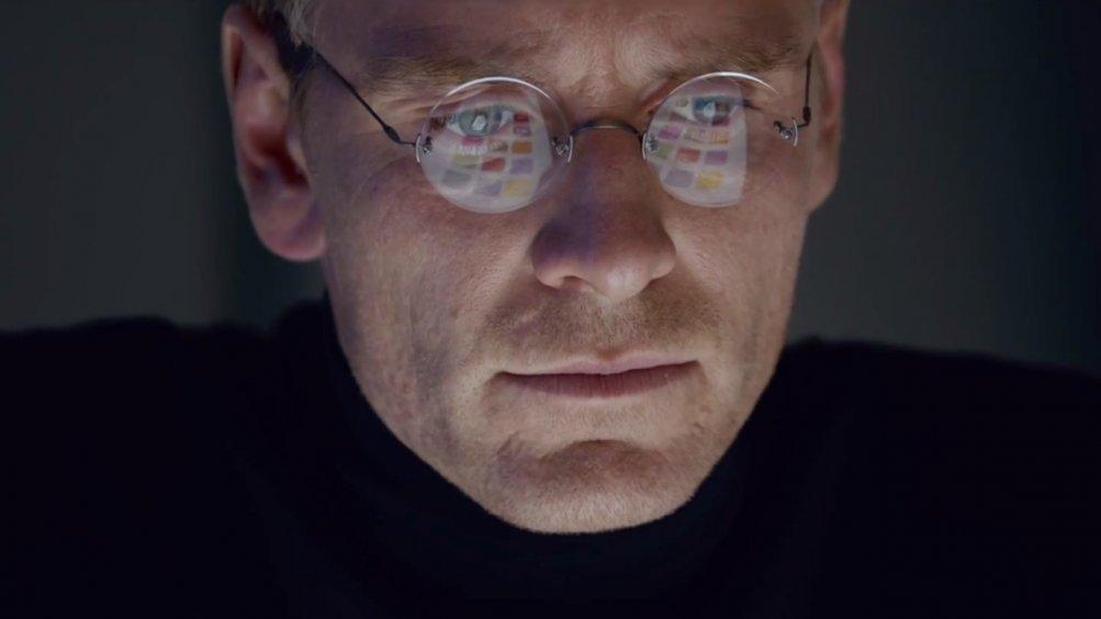 Steve Jobs: un primo piano di Michael Fassbender con gli occhiali