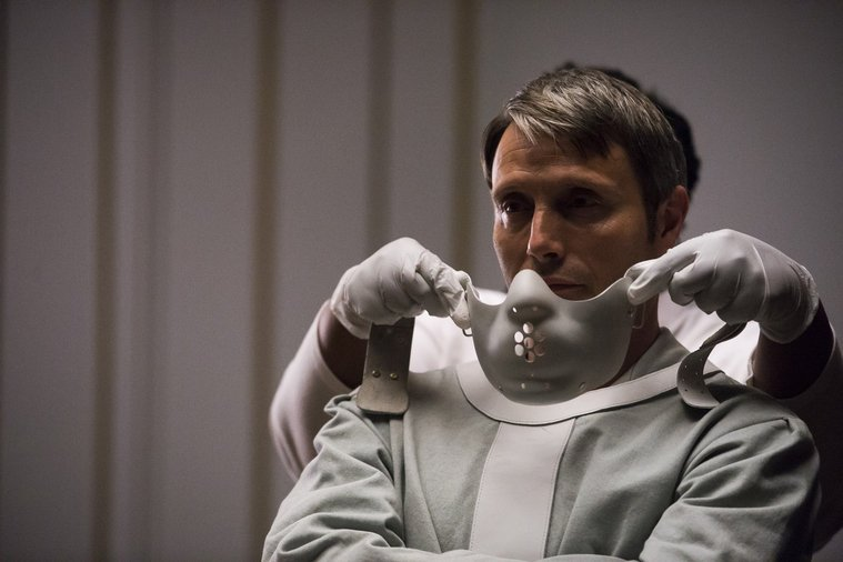 Hannibal: Mads Mikkelsen indossa l'iconica maschera nell'episodio The Wrath of the Lamb