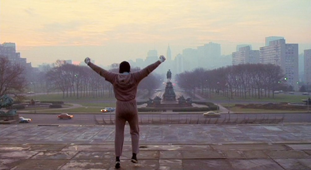 Rocky: Sylvester Stallone alza le braccia sulla scalinata di Philadelphia