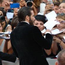 Everest: Jake Gyllenhaal firma autografi sul tappeto rosso di Venezia 2015