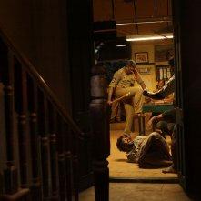 Interrogation: un momento violento del film