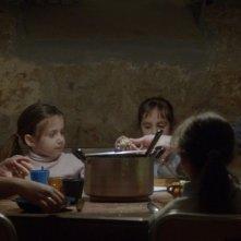 Mountain: una scena del film con i protagonisti seduti a tavola