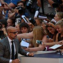 Venezia 2015: Stanley Tucci firma autografi durante il red carpet