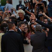 Venezia 2015: Mark Ruffalo firma autografi ai fan