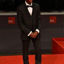Venezia 2015: Abraham Attah posa sul tappeto rosso