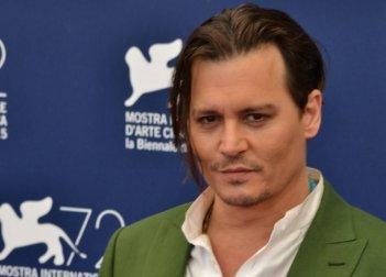Venezia 2015: Johnny Depp in un primo piano al photocall