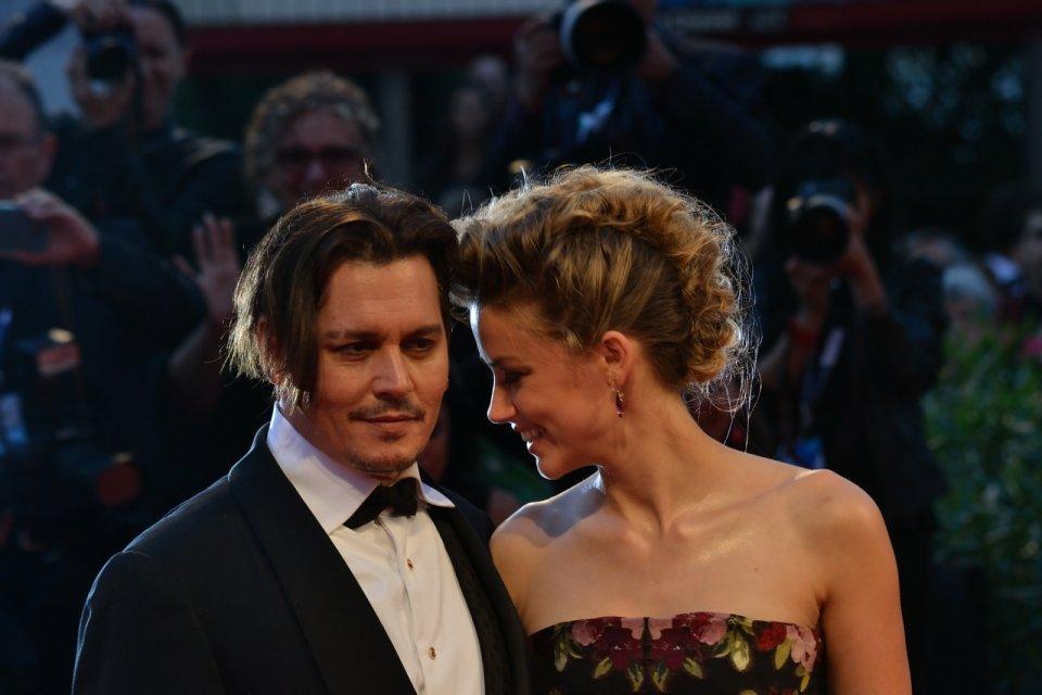 Venezia 2015: Amber Heard scherza con Johnny Depp sul red carpet di The Danish Girl