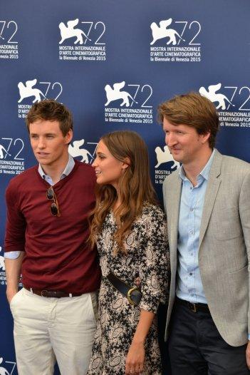Venzia 2015: Eddie Redmayne, Tom Hooper e Alicia Vikander posano al photocall di The Danish Girl