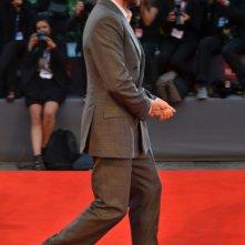 Venezia 2015: Ralph Fiennes scherza con i fotografi sul red carpet di A Bigger Splash