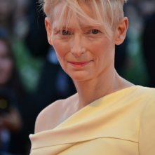 Venezia 2015: Tilda Swinton sorride sul red carpet