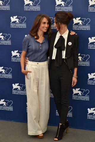 Venezia 2015: Silvia D'Amico e Roberta Mattei posano al photocall di Non essere cattivo