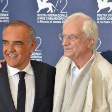 Venezia 2015: Bertrand tavernier posa con Alberto Barbera al photocall per il leone d'oro alla carriera