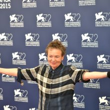 Venezia 2015: laurie Anderson scherzosa al photocall di Heart of a Dog