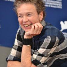 Venezia 2015: Laurie Anderson sorride al photocall di Heart of a Dog
