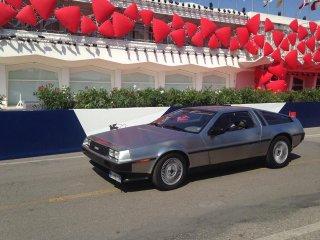 Venezia 2015 - la macchina di Ritorno al Futuro parcheggiata davanti al palazzo del cinema
