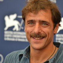 Venezia 2015: Adriano Giannini sorridente al photocall di Per amor vostro