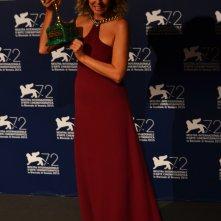 Venezia 2015: Valeria Golino con la Coppa Volpi al photocall dei premiati