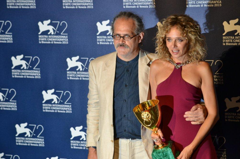 Venezia 2015: Giuseppe M. Gaudino e Valeria Golino al photocall dei premiati