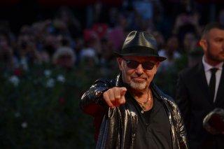 Venezia 2015: Vasco Rossi scherza con i fotografi sul red carpet per Il Decalogo di Vasco